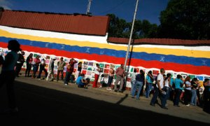 Venezuelans queue for food